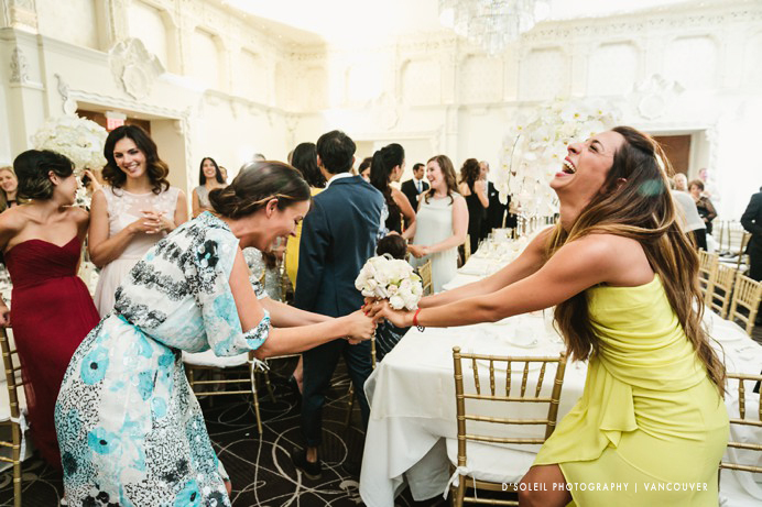 Funny bouquet toss photo