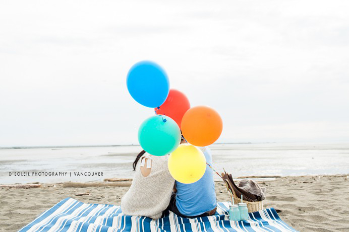 balloons at beach picnic engagement session
