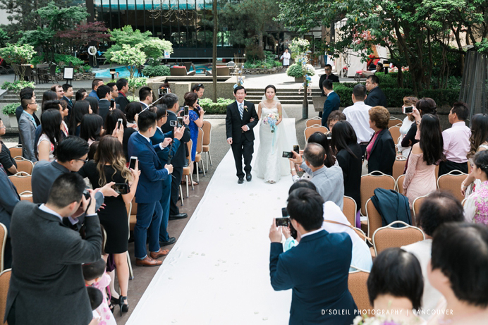 outside-wedding-ceremony-four-seasons-vancouver