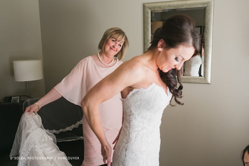 bride getting ready at Metropolitan Hotel Vancouver
